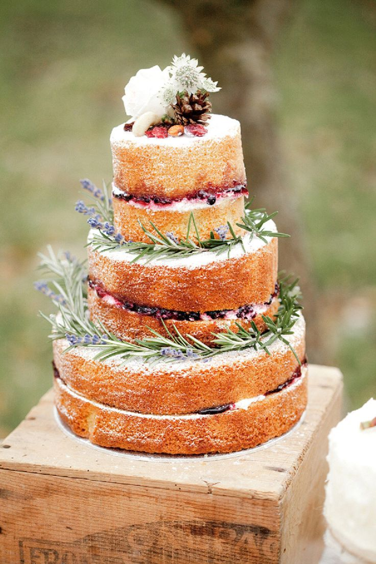 Naked cake with berries